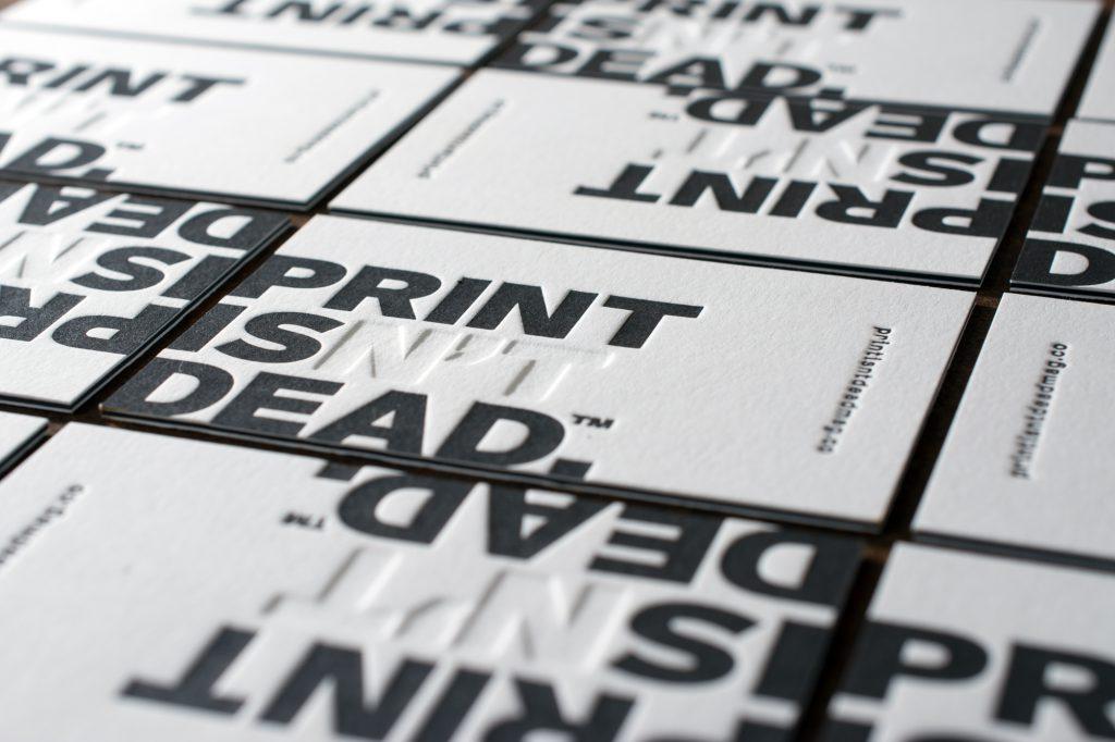 Visitenkarten für People of Print in London. Verwendet haben wir von Metapaper das Multiloft Cover 650g/m2 plus doppelten Insert Bogen von 540g/m2 in schwarz.
