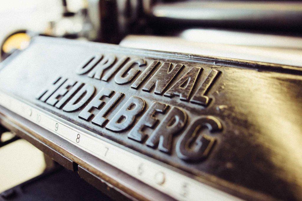 """Produktion von authentischen Druckprodukten auf dem """"Original Heidelberger Tiegel""""."""